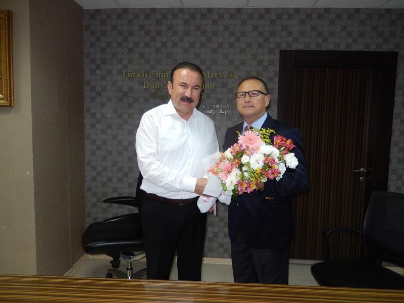 Kocaeli Kandıralılar Derneği Başkanı Erdoğan Görgün, İzmit Belediye Başkanı Dr. Nevzat Doğan'a buket takdim ederken